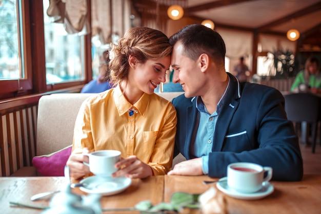幸せなカップル、レストランでロマンチックなデート。男と女の美しい関係