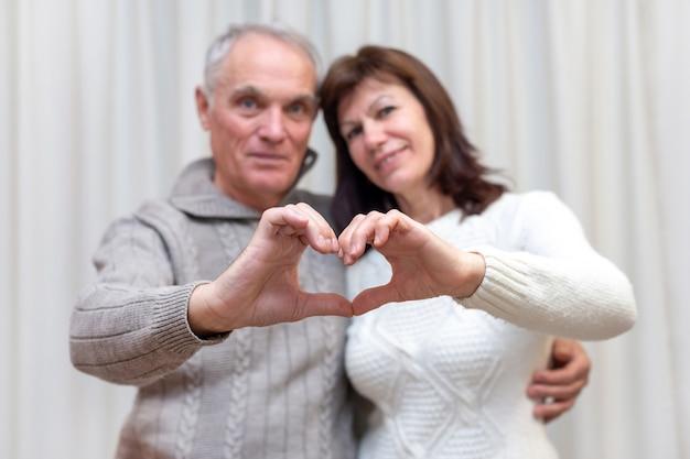 Счастливая пара пожилых людей празднует день святого валентина.