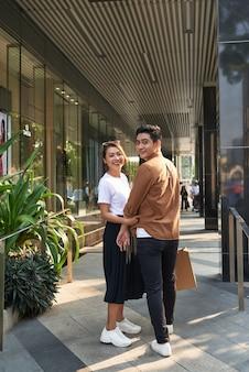 幸せなカップルのショッピングモールのコンセプト