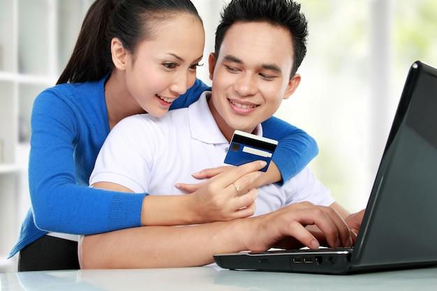 幸せなカップルのオンラインショッピング