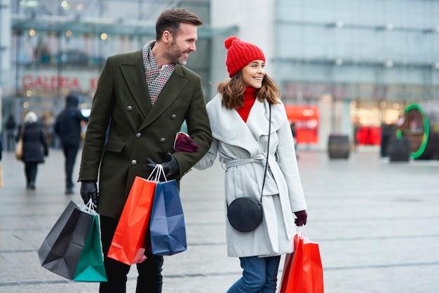 야외에서 함께 쇼핑하는 행복 한 커플