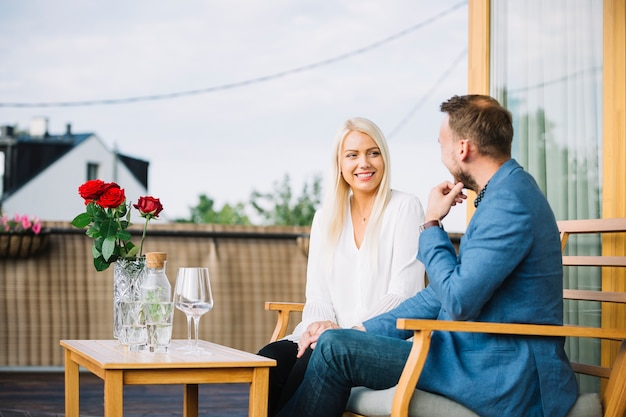 屋上に座っている幸せなカップル