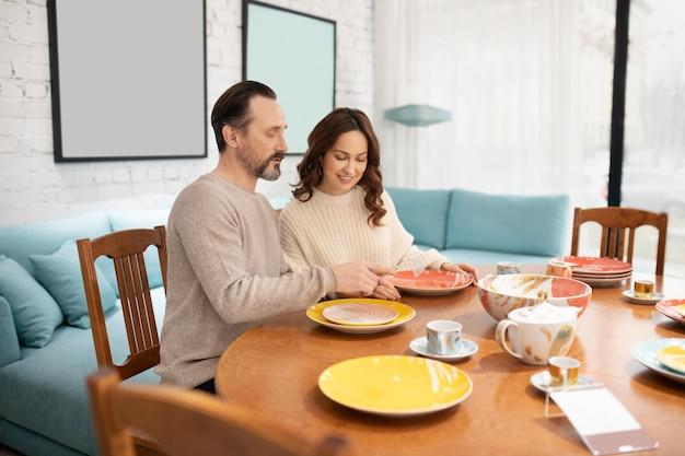 테이블에 앉아 행복 한 커플