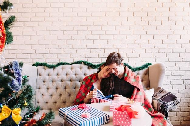 크리스마스 트리 근처에 앉아 행복 한 커플