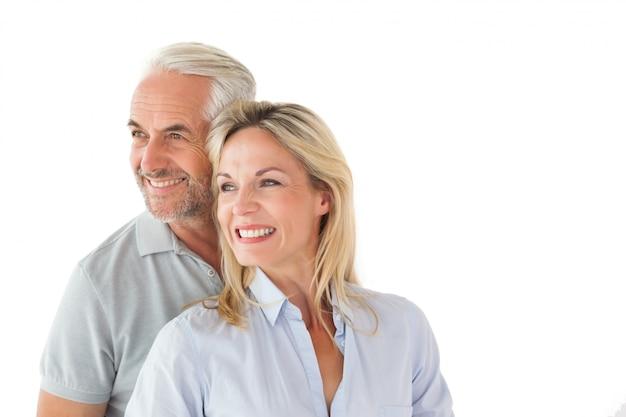 Счастливая пара улыбается и обнимает