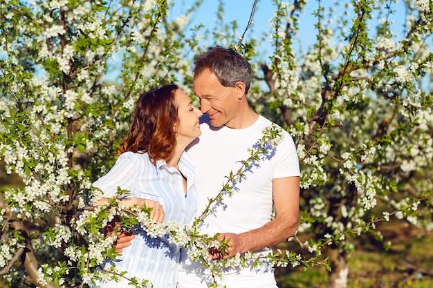 여름 정원에서 웃 고 행복 한 커플입니다. 가족.