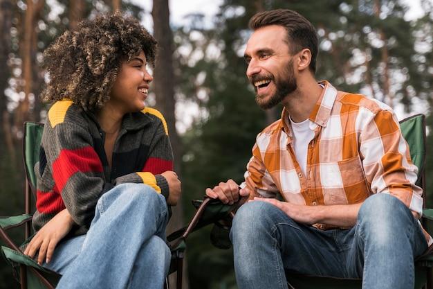 Счастливая пара, проводящая время вместе на открытом воздухе