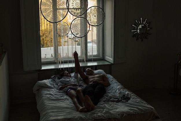幸せなカップルは朝一緒に時間を過ごしました。彼らは笑顔で手をつないで幸せを感じています。