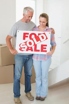 행복 한 커플 서 및 보유 판매 사인