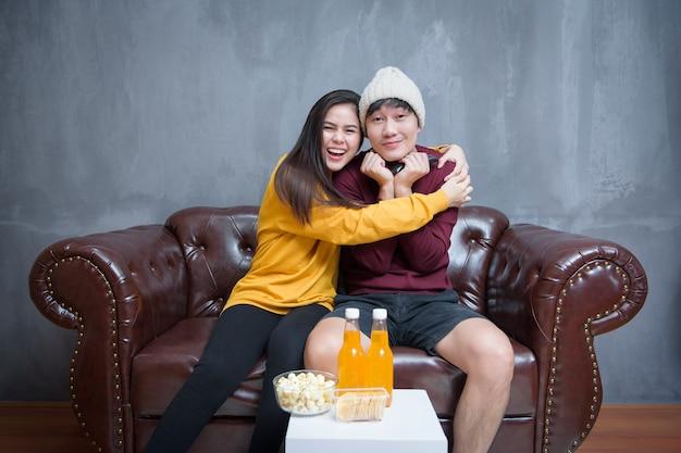 幸せなカップルは家で映画を見て滞在します。