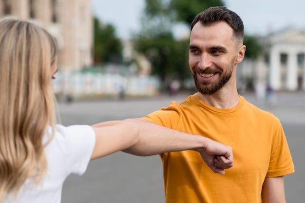 Счастливая пара, протягивая руки