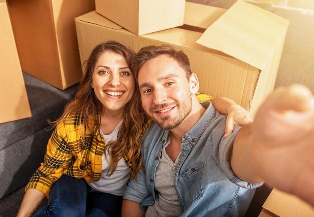 상자에 둘러싸인 행복 한 커플