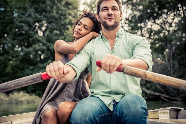 Счастливая пара на лодке в центральном парке, нью-йорк