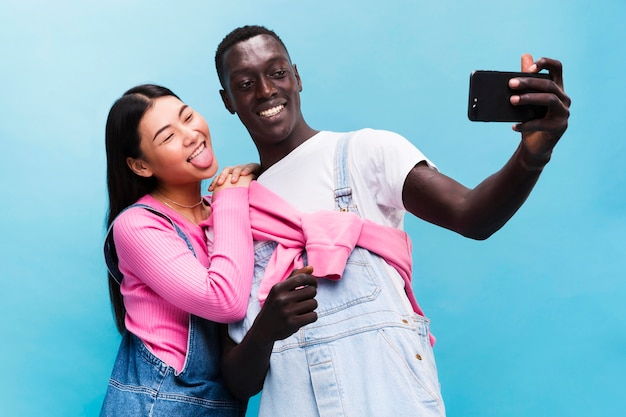 Selfieを取って幸せなカップル