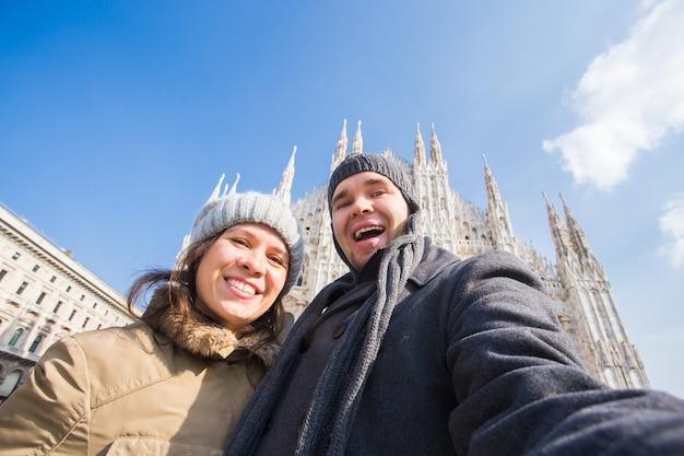 두오모 광장 밀라노에서 자기 초상화를 복용하는 행복 한 커플