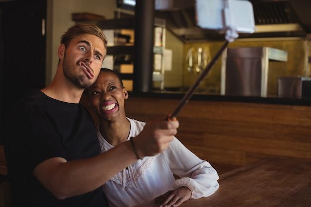 Счастливая пара, делающая селфи с мобильного телефона