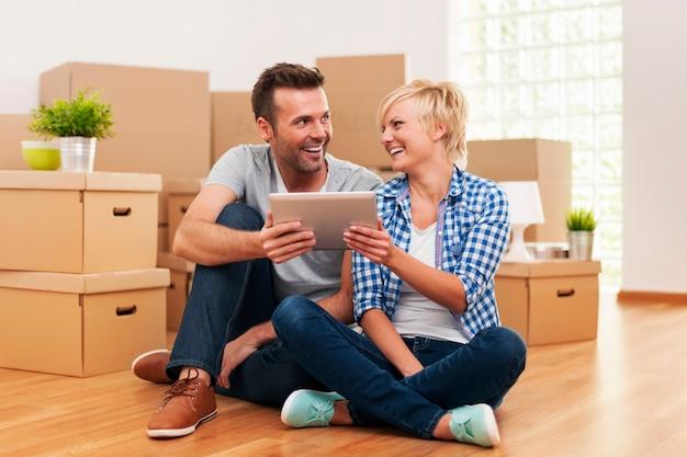 Счастливая пара разговаривает о варианте украшения в своем доме