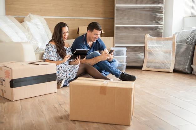 Счастливая пара думает об украшении в новом доме. счастливая новая семья