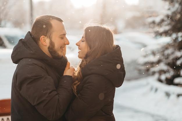 Счастливая пара, касаясь друг друга и мило улыбаясь. фото высокого качества
