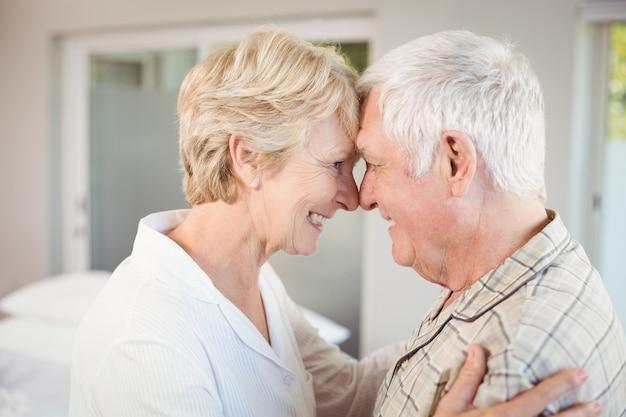 Счастливая пара трогает нос