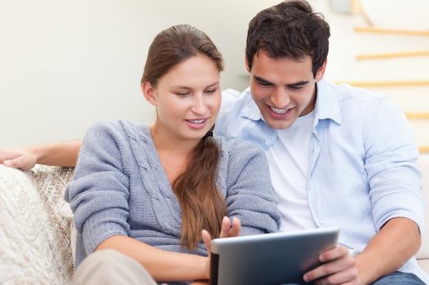 幸せなカップル、タブレットコンピュータを使用して