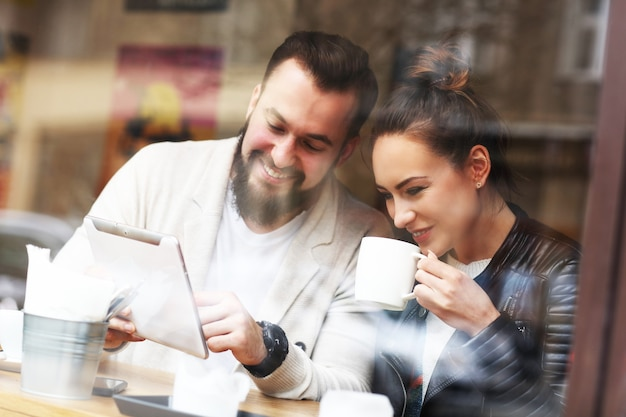 レストランでタブレットを使用して幸せなカップル