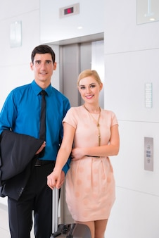 ホテルのエレベーターやエレベーターを待っている幸せなカップル