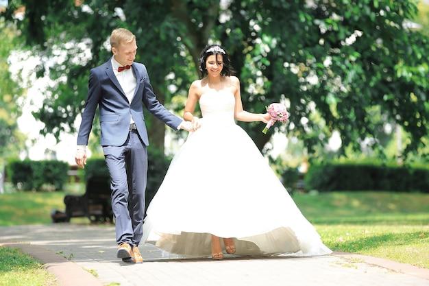 행복한 커플은 공원을 안내합니다. 결혼식 날 행복의 개념
