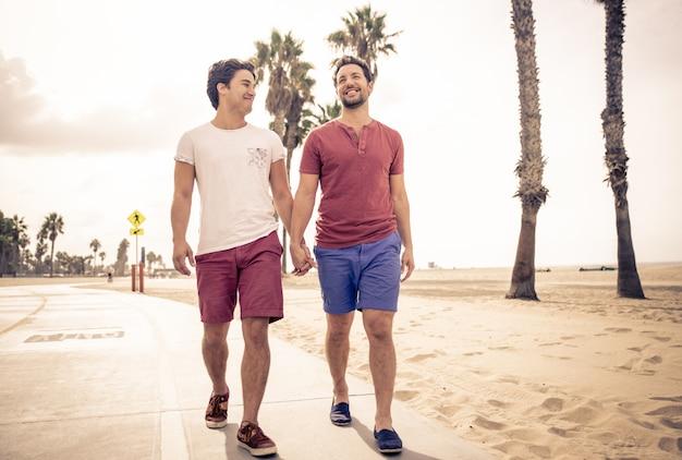 歩いて幸せなカップル
