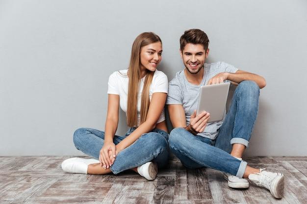 Счастливая пара с планшетом