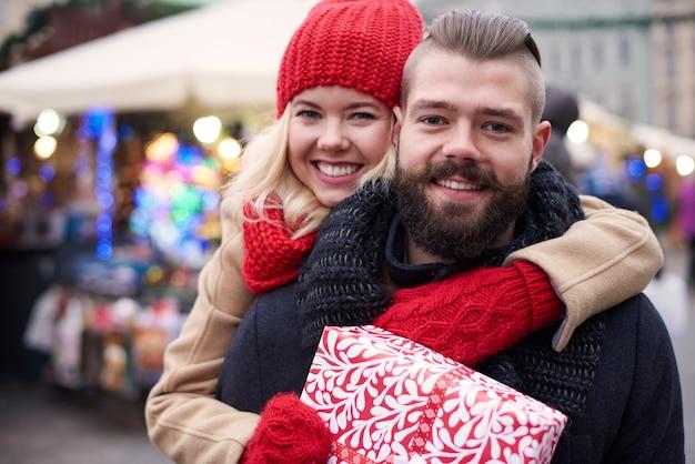 Счастливая пара с большой подарочной коробкой