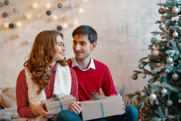 Счастливая пара с рождественскими подарками