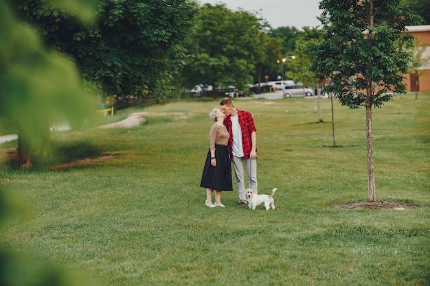 犬と幸せなカップル