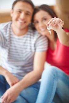 집 열쇠와 함께 행복 한 커플