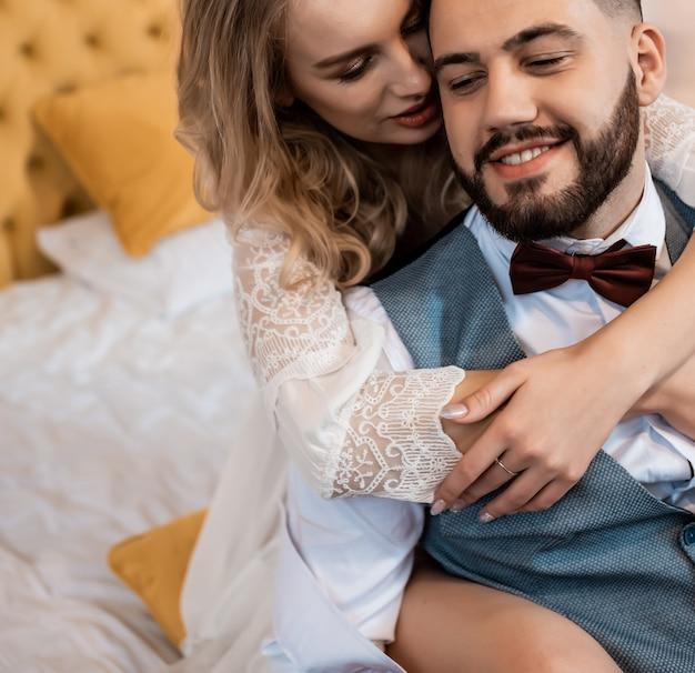 キスで幸せなカップル、豪華な装飾、クローズアップで抱擁