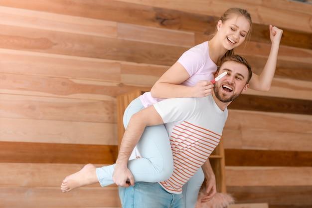 自宅で妊娠検査と幸せなカップル