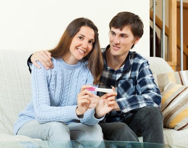妊娠テストと幸せなカップル
