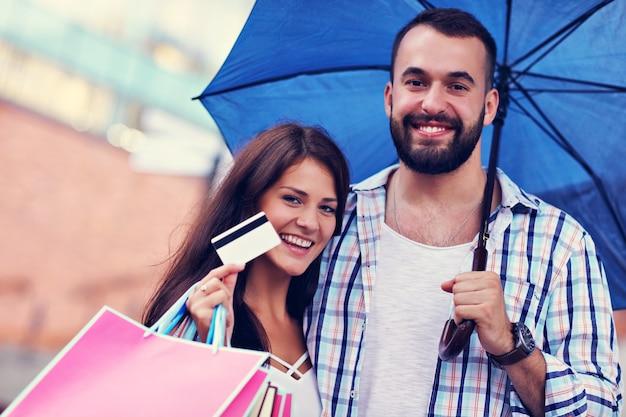 街で買い物をした後の買い物袋と幸せなカップル