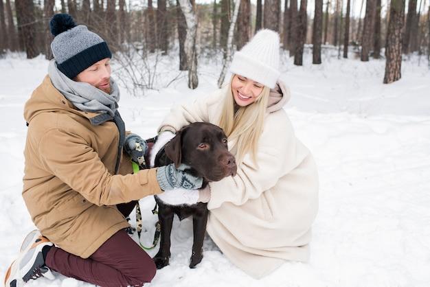 彼らの犬と幸せなカップル