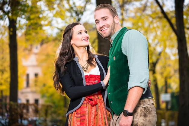바바리아에서 tracht와 함께 행복 한 커플