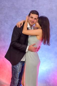 Счастливая пара. женщина целует своего мужа. любовь и нежность. счастливого дня святого валентина