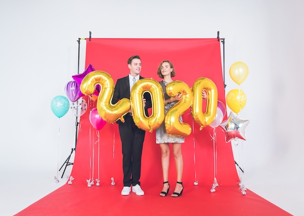 Happy new year2020をコンセプトにしたスタジオでの幸せなカップル。