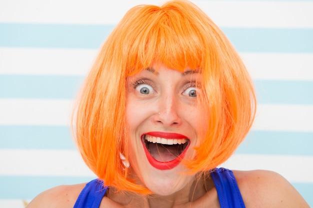 Omg 또는 와우 표정으로 행복한 미친 소녀. 미친 표정으로 행복 소녀입니다. 우와. 오렌지 머리를 가진 놀된 행복 한 소녀입니다. omg라고 말하는 소녀의 미친 표정. 놀랐는 걸. 느낌과 감정.