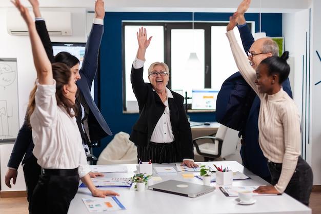 축하하는 행복한 창조적 다민족 비즈니스 팀