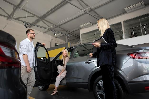 Clienti felici in concessionaria auto