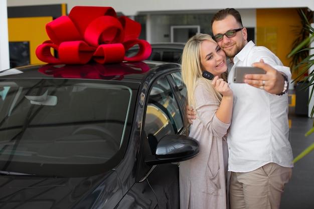 Довольные клиенты в автосалоне