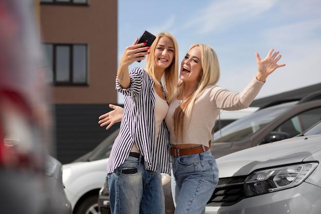 自動車販売店の幸せな顧客
