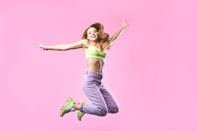 Счастливая милая девушка прыгает в летнем наряде