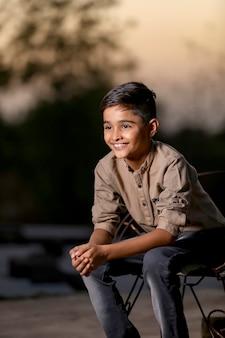 Счастливый милый индийский / азиатский ребенок