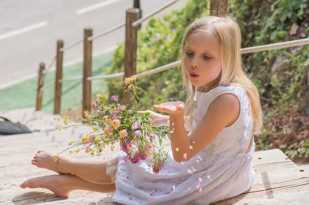 夏の樹上の家で遊んで幸せなかわいい子供、田舎、生態学的な遊び場で幸せな夏。夏の楽しみ。